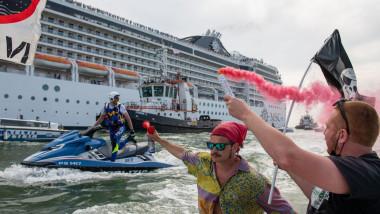 Protest la Veneția față de reluarea curselor navelor de croazieră pe principalul canal al orașului