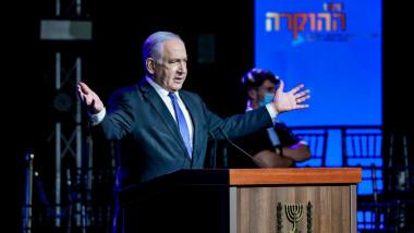 Benjamin Netanyahu cu brațele deschise, în timpul unui discurs la o tribună