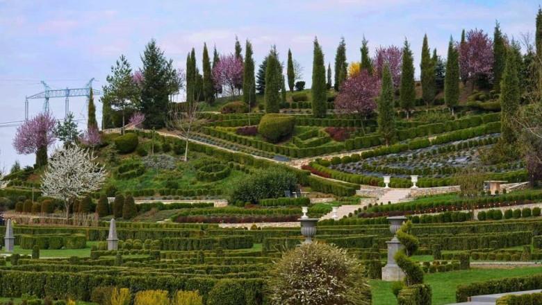 Imagini cu un colț de rai. Cum a luat naștere grădina aristocrată dintr-un sat de lângă Deva