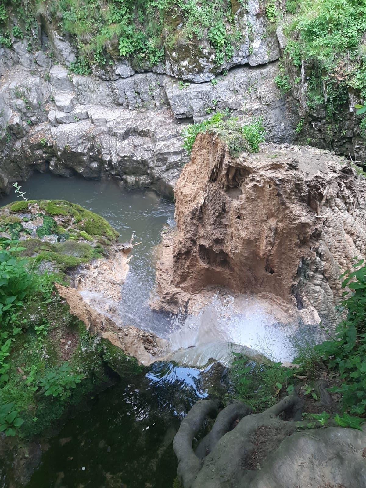 Activist de mediu: Cascada Bigar s-a prabusit din cauza interventiei omului, dupa ce apa a fost deviata. Romsilva neaga informatiile
