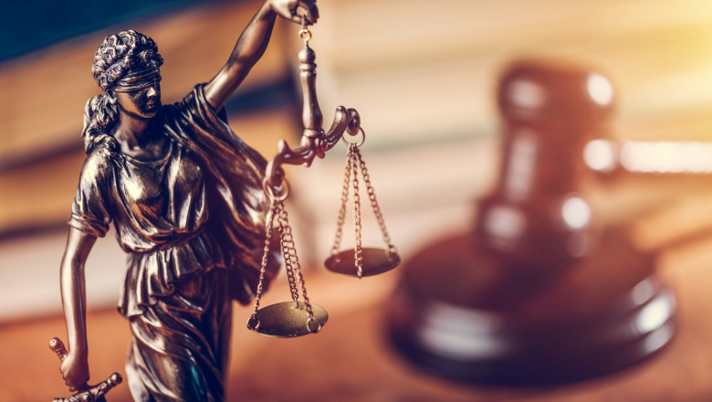 justitie statueta ciocan balanta