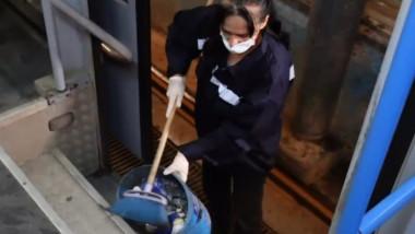 femeie de serviciu tramvai