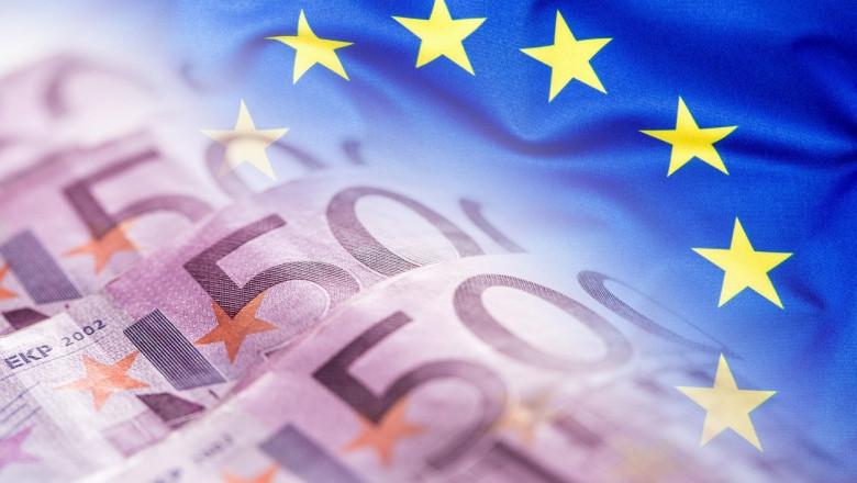 bancnote de 50 de euro pe un steag ue
