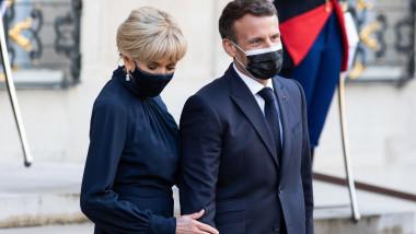 Emmanuel și Brigitte Macron cu masti pe fata