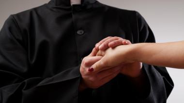 preot catolic mana femeie
