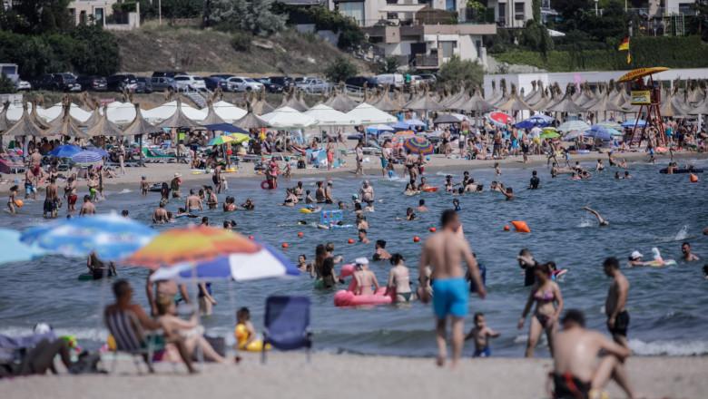 oameni pe plaja