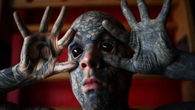 Sylvain Hélaine, alias Freaky Hoody, isi arată ochii tatuati care ii dau aparenta de extraterestru