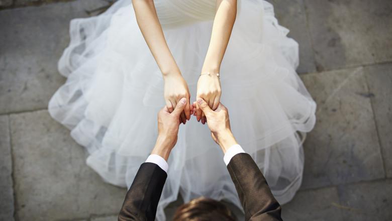 Un bărbat s-a căsătorit cu sora miresei sale, după ce aceasta s-a prăbușit și a murit în fața altarului