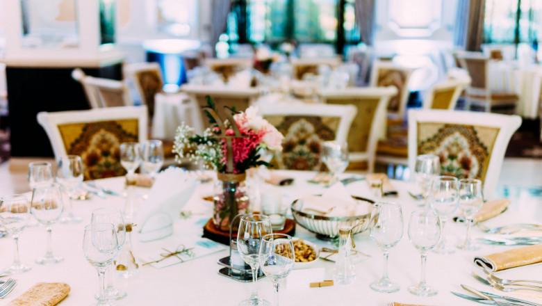 Masă la nuntă, într-un restaurant.