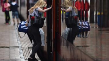 persoană se urcă într-un tren CFR în Gara de Nord