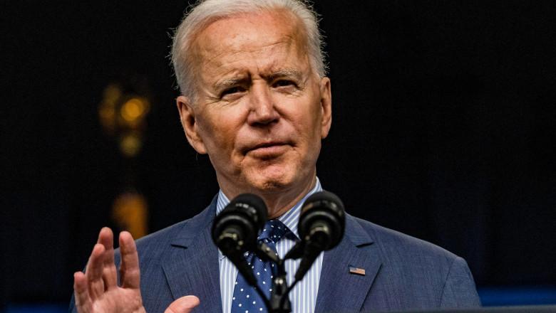 Joe Biden cu palma ridicată