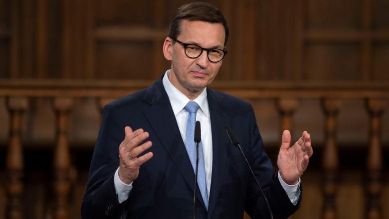 Mateusz Morawiecki premierulpoloniei gesticuleaza in timpul unui discurs in parlament