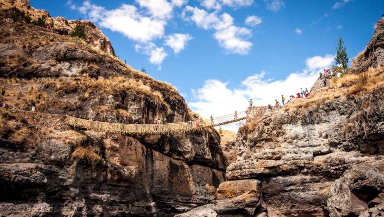 În Peru a fost construit un pod suspendat printr-o tehnică veche de sute de ani FOTO: Profimedia Images