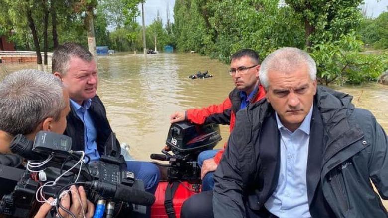 patru barbati în barca in timpul unor inundatii