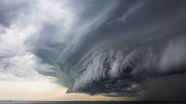 nor urias de furtuna format deasupra marii
