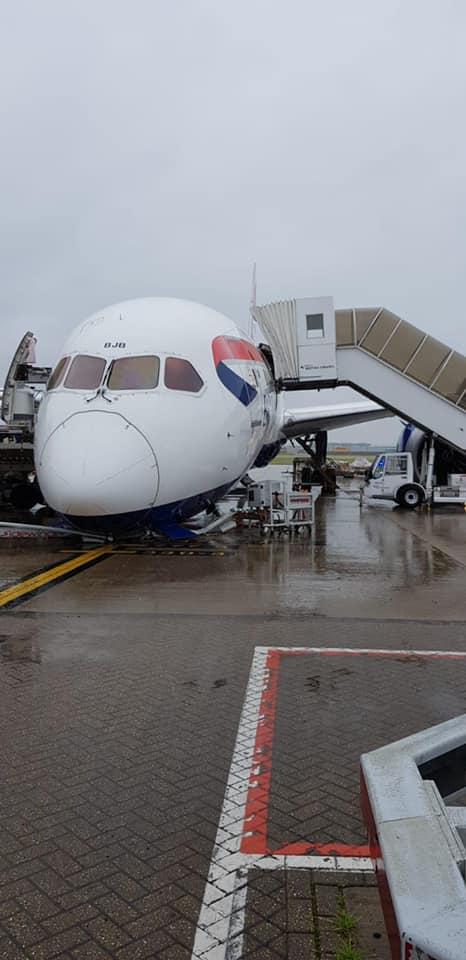 avion BA roata rupta 4
