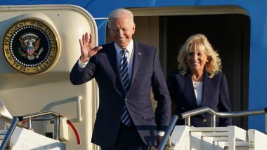 Joe și Jill Biden fac cu mana in timp ce coboară din Air Force One