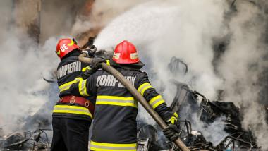 doi pompieri sting un incendiu