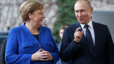 Cancelarul german Angela Merkel şi preşedintele rus Vladim