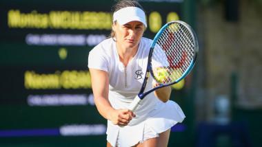 Monica Niculescu se pregătește să servească.