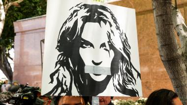 banner cu britney spears cu banda pe gura afisat de fanii care o sprijina in procesul prin care cere ridicarea tutelei judiciare