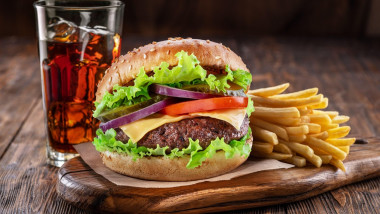 mancare hamburger cartofi prajiti cola profimedia