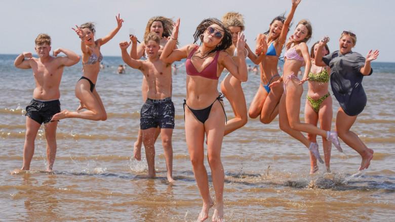 tineri plaja apa profimedia