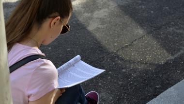 eleva citind intr-o carte