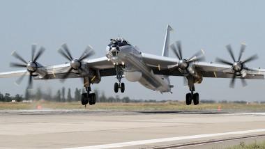 Un avion Tu-142 decolează.