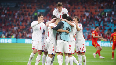 jucatori danezi se bucura dupa inscrierea unui gol in partida cu tara galilor din optimile euro 2020