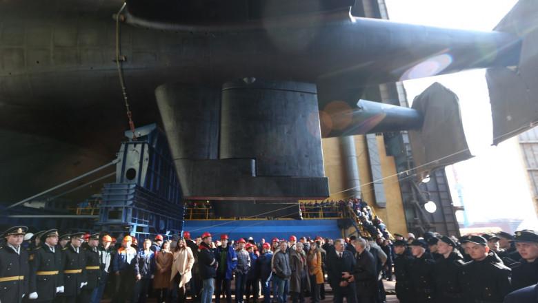 oficiali stransi la ceremonia de testare a submarinului rusesc