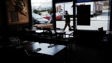 mese si scaune in interiorul unei cafenele