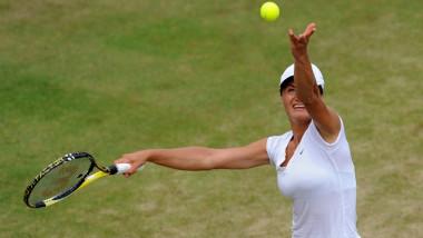 Monica Niculescu servește la Wimbledon.