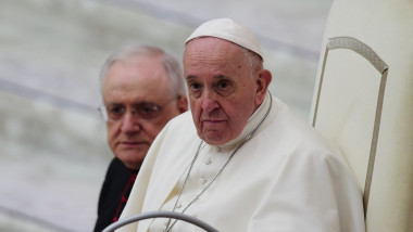 Papa Francisc stă pe un scaun.
