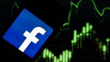 ilustratie logo facebook pe telefon si grafic crestere in verde pe fundal