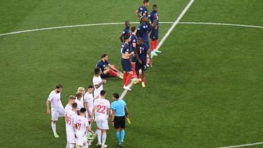 Jucători elvețieni și francezi, la mijlocul terenului.