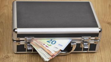 valiza de metal din care ies bancnote de euro