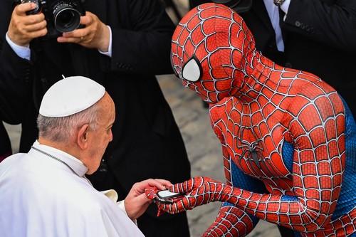 papa-francisc-spiderman (1)