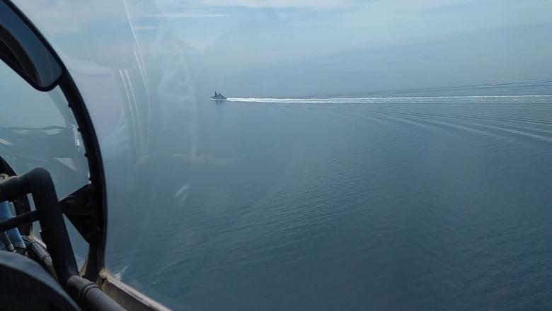 distrugatorul HMS Defender vazut dintr-un avion rusesc, in marea neagra