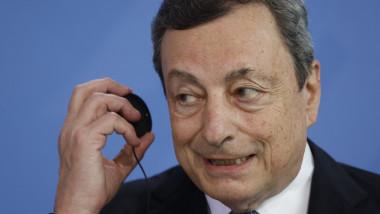 Mario Draghi susține o conferință de presă.