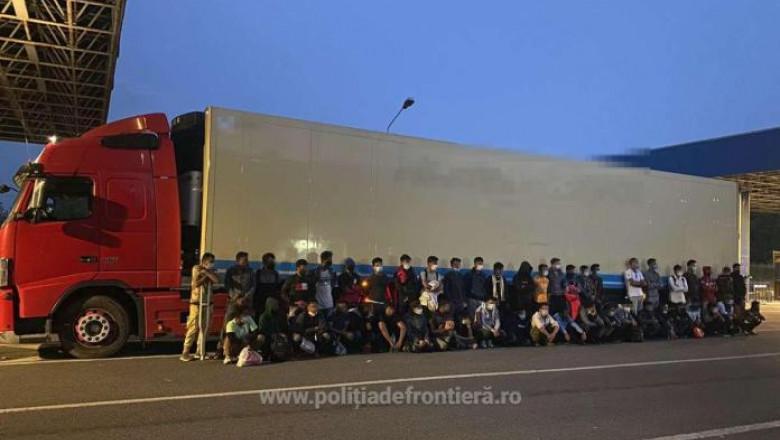 Cei 50 de migranți erau ascunși în remorca frigorifică a unui camion