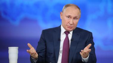 Vladimir Putin răspunde întrăbărilor publicului