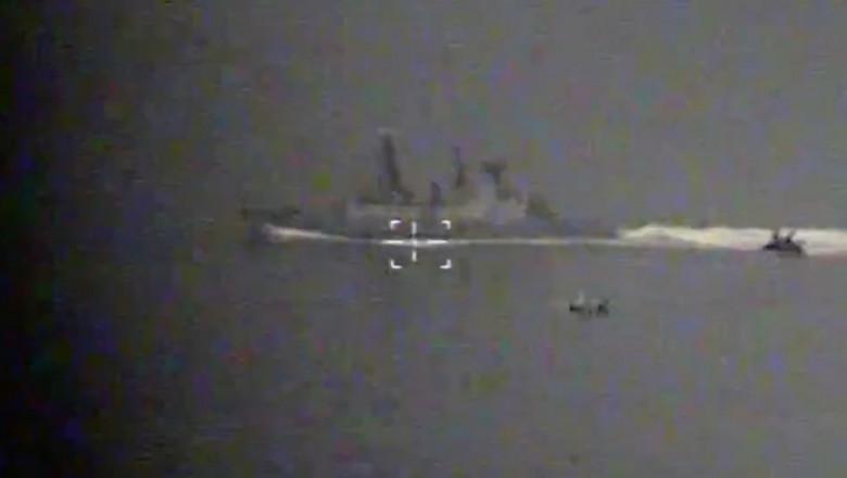 Distrugătorul britanic HMS Defender, urmărit de nave de patrulare rusești în Marea Neagră.