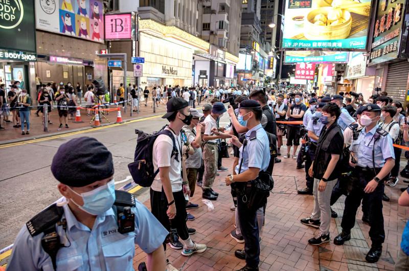 Poliția percheziționează protestatarii pe străzile din Hong Kong