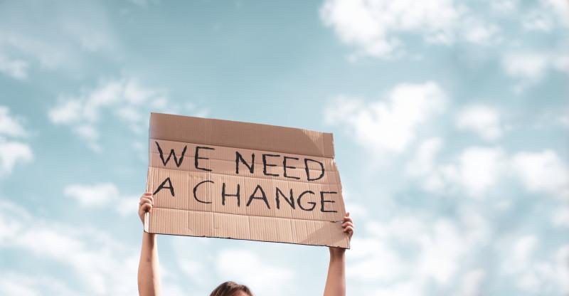 o benner cu mesajul - avem nevoie de o schimbare -