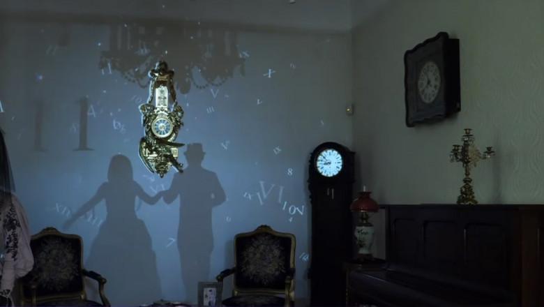 proiectie de epoca pe peretele muzeului ceasului din ploiesti