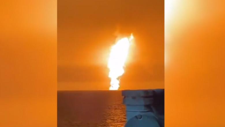 coloana de foc in marea caspica in urma unei explozii