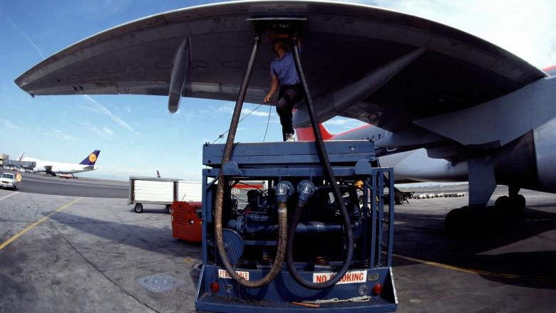 avion alimentat pe pista