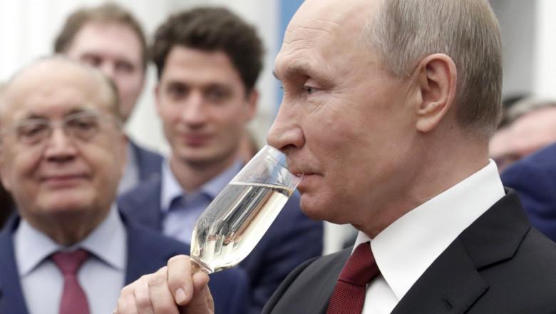 Vladimir Putin bea sampanie