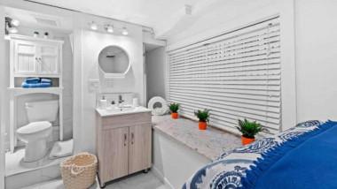 camera cu lavoar, vas de toaleta și pat
